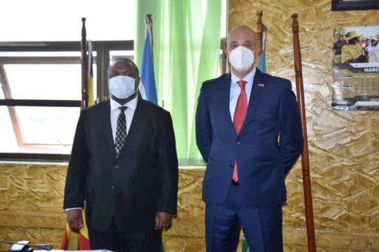 السفير المصري في كمبالا يلتقي بوزير الدفاع الأوغندي 94934