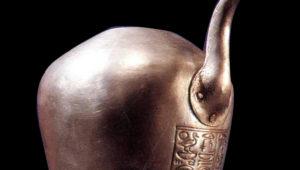 المتحف المصري قطع أثرية فريدة  إناء للتطهر مصنوع من الفضة ينسب للملك بسوسينس الأول  رقم التسجيل 85901  مادة