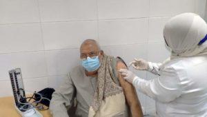 تلقي المواطنين من كبار السن وأصحاب الأمراض المزمنة لقاح فيروس كورونا (كوفيد-١٩) بمحافظة قنا  للتسجيل وحجز