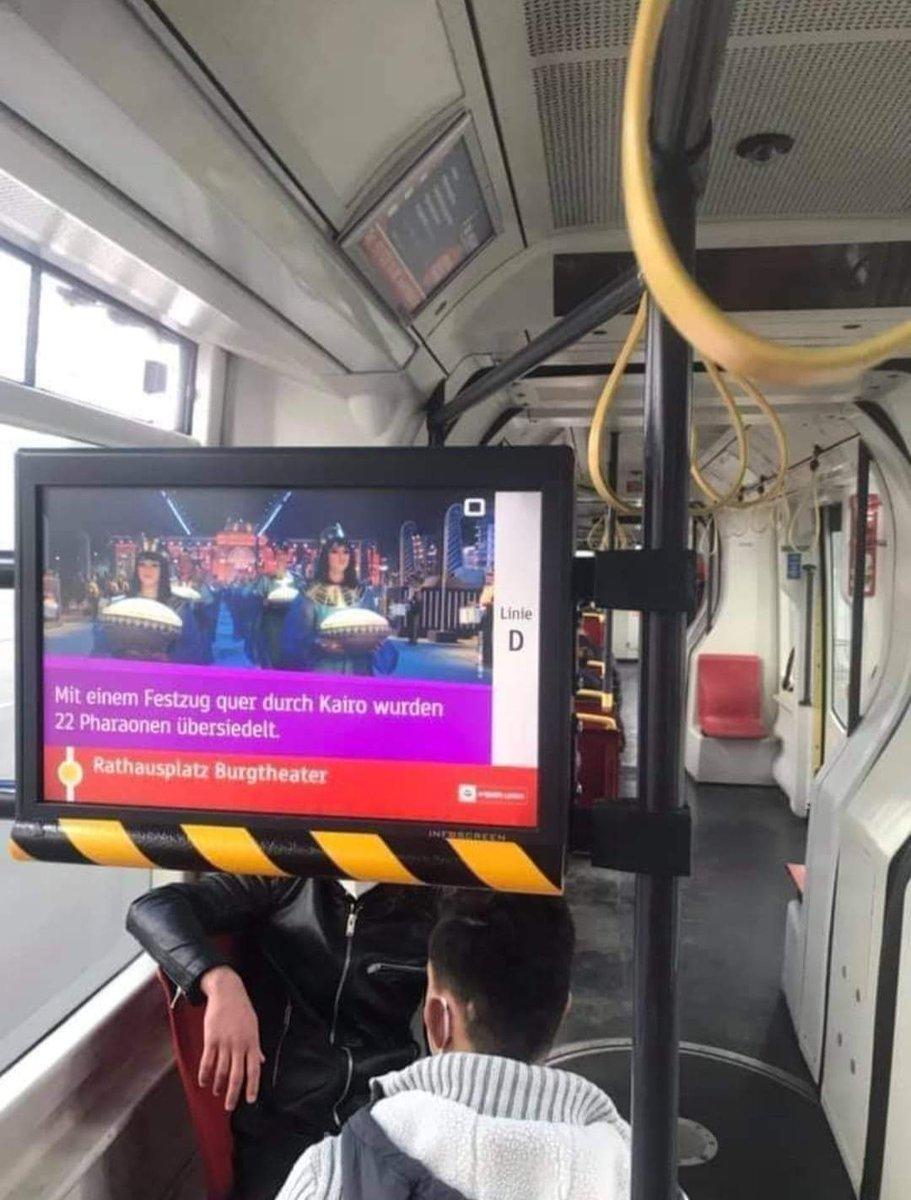 إحتفالية موكب المومياوات الملكية على شاشات العرض بالمواصلات العامة في ڤيينا عاصمة النمسا EyZoudCXIAECGfT