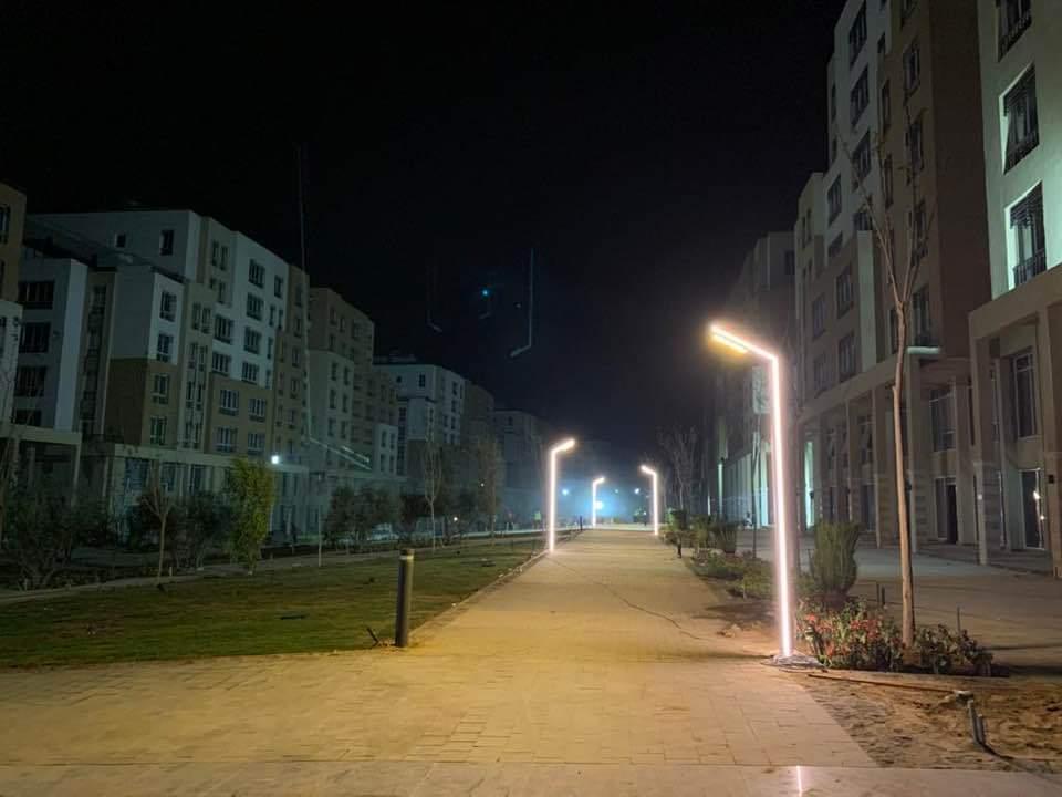 تجارب الإضاءة في منطقة البلازا والممشي الترفيهي في الحي السكني الثالث Capital Residence R3 بالعاصمة الإدارية EyaHRs5W8AQ2wpB