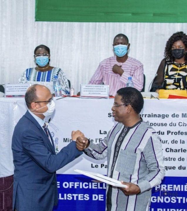 السفير المصري في واجادوجو يتسلم شهادة تكريم لمصر للدور الذي لعبته في تدريب أطباء الأشعة البوركينيين - 57315