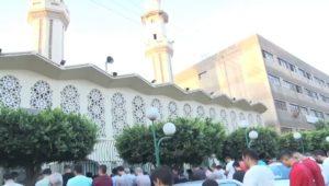 جانب من توزيع الهدايا على الأطفال بعد صلاة عيد الأضحى المبارك